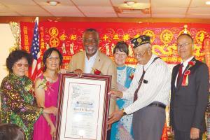 洛杉磯市議員派斯(左三)頒贈賀狀